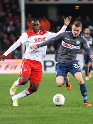 Anthony Ujah (1. FC Köln) und Daniel Brosinski (SpVgg Greuther Fürth) im Duell am 24.02.2014 im Rhein-Energie Stadion.